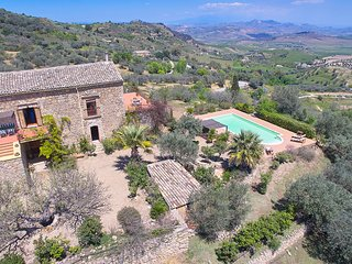Il Gelso Nero country house with swimming pool, Aidone