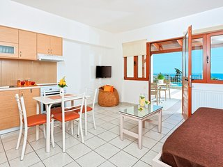 Cozy pool front apartment with sea view (Orange)
