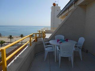 Ref 40.- Atico centrico, al lado de la playa, con wifi, parking, piscina, vistas