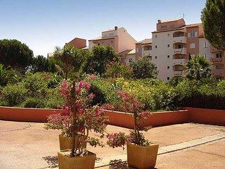 Hyères, beau studio équipé avec balcon dans résidence fermée avec parking prive