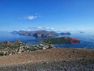 Villetta con giardino sull'Isola di Vulcano a 80 metri dal mare. Isole Eolie,