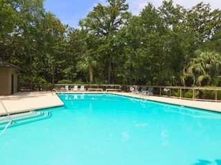 Secluded, Family Friendly Cottage 10 Min Walk to the Beach! Community Pool, Boat