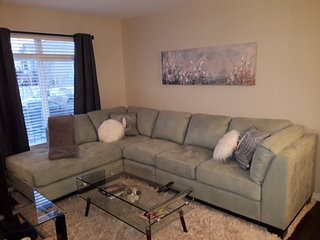 SW EDMONTON EXECUTIVE TOWNHOUSE, CLOSE TO AIRPORT