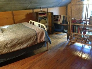 Secluded Firehouse Cabin sleeps 7