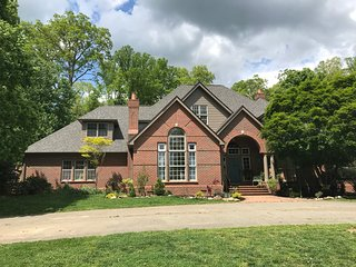 Huge House on 50 Acre Horse Farm 15 minutes from Asheville. Weddings!