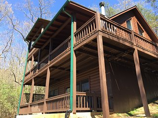 Cozy, Updated, Cabin with Hot Tub and Magnificent Mountain Views.