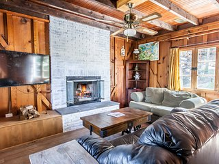 Black Bear Lodge - Cozy Vintage Cabin Nestled in the Trees!
