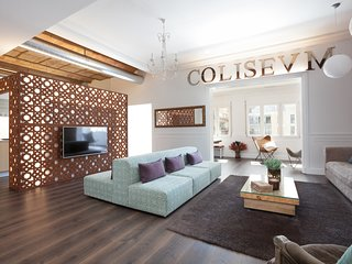 Enjoybcn Coliseum Apartments- Relaxing space for 12 people in central Barcelona