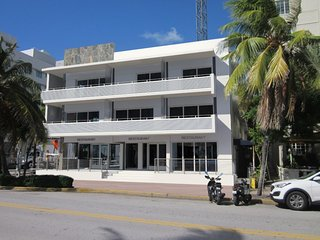 Newly Renovated- Lovely SoBe 12th and Ocean Apt!