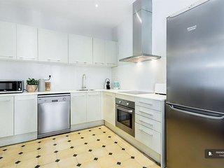 Excellent 5 bedroom Apartment in Barcelona (F3800)