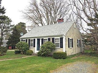 Pleasant Dennisport Cottage, Pets Allowed