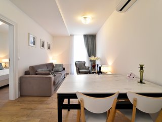 Mandusa White Baroque Apartment with Balcony 4* - - 2 minutes from main square
