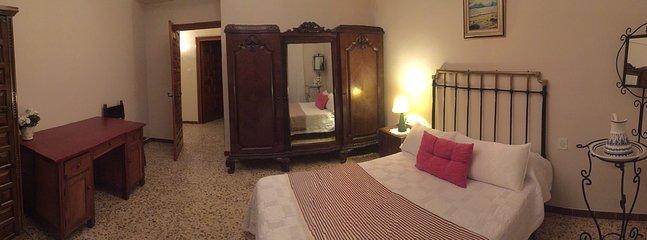 los dormitorios son amplísimos, con techos muy altos y un mobiliario de auténtico lujo