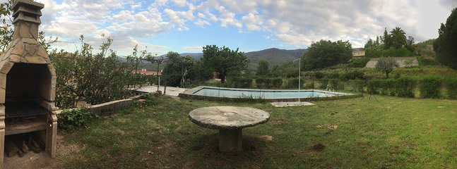 barbacoa, mesa, emparrado de Kiwis, piscina ( a partir de Junio de 2018 será de agua salada)..,