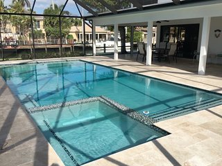 Luxury Las Olas Villa, Walk to the Beach New Heated Pool & Jacuzzi New Bathrooms