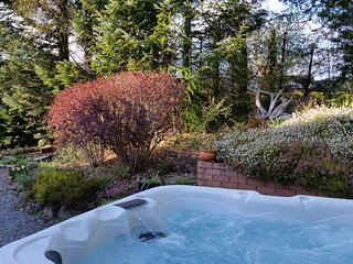 Silver Trees - With hot tub in landscaped garden