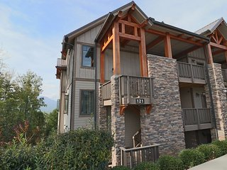 Quiet and serene,3BR Corner Condo,Large Private Balcony, Incredible Views, Wi-Fi