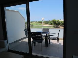 Luminoso apartamento con vistas al golf, terraza y piscina