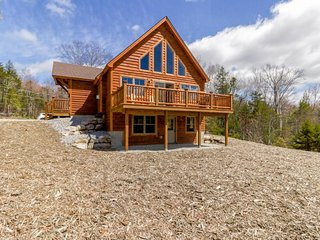 New hilltop home w/ deck, game room & views - near skiing, hiking, more!