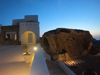 Cosy Cycladic house on the rocks