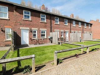 STEPHENSON COTTAGE, heart of Whitby, views of Whitby Abbey, open-plan living, Re