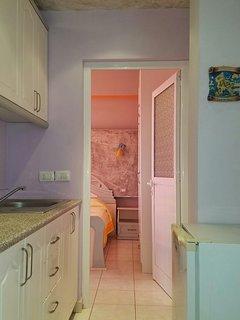 Corridoio con piccola cucina e piccolo frigo, entrata 1