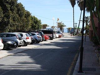 Calle de acceso al apartamento y aparcamientos.