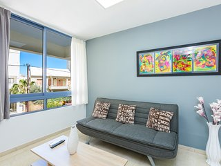 GK Apartment - Roomy downtown apartment, 2 mins from beach & old town