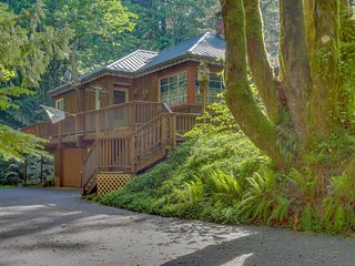Charming riverfront home w/private hot tub & spacious deck in a tranquil setting