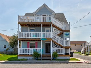 NEW LISTING! Family-friendly rental w/full kitchen, furnished deck-walk to beach