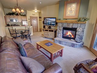Arapahoe Lodge 8116 Courtyard View, walk to slopes, pool and hot tub access by S