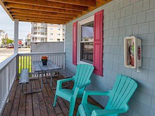 Fun, family-friendly rental w/ full kitchen & furnished deck - walk to the beach