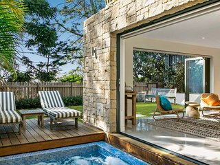 Luxurious Mini Mansion Minutes to Manly Beach
