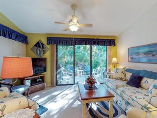 NEW LISTING! Villa w/shared pool, hot tub& gym- 1 block to beach, dogs OK