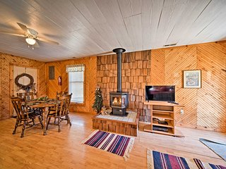 NEW! Spragueville Studio Cabin by Maquoketa River!