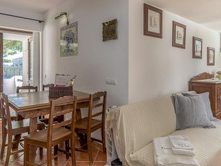 Acoteias apartment in Albufeira with WiFi, shared garden & balcony.