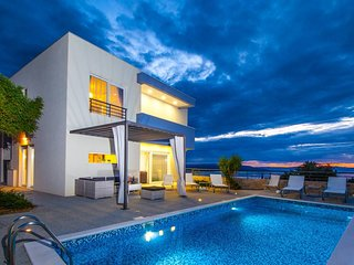 **Firstminute**, Villa Blue with Pool and Panoramic View