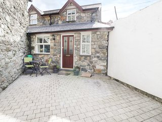 3 PENLAN COTTAGES, luxury cottage, centre of Dolgellau, open-plan, Ref 962099