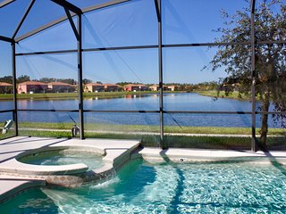 Beautiful Lakeview 6 bed villa, Kissimmee 30ft pool with spa in gated Bellavida