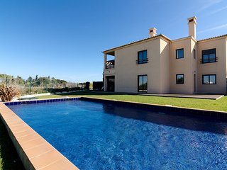 Mar da Luz apartment with private garden and pool