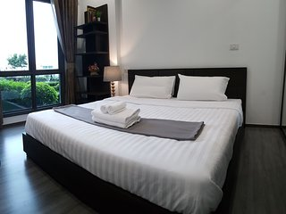 New relaxing style next to BTS(skytrain) cozy, wifi, clean, smart TV50'