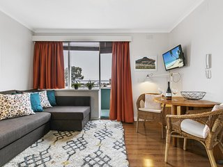 Cute one-bedder with views in trendy 'hood