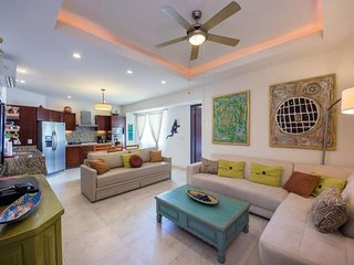 Luxury condo, jus two blocks from the beach with beautiful mountain views 510v99