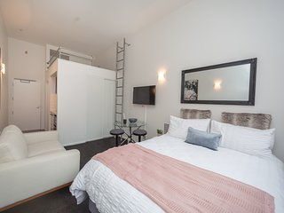 Lovely Urban Studio Plus Loft Off Queen Street with Free WiFi, 2x Queen Beds & c