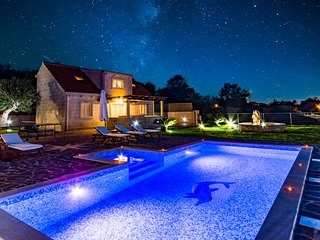Villa MIS by the sea with heated pool and jacuzzi+6 bikes free of charge (6+4)
