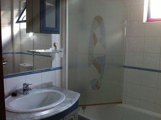 Baño con amplia bañera.