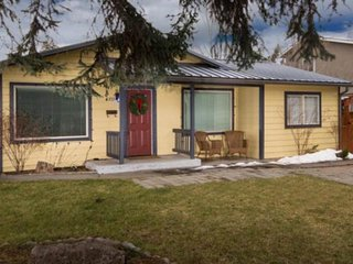 Cute dog-friendly home w/ fenced side yard - walk to river, downtown & breweries
