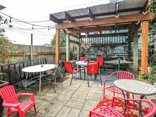 Dog-friendly retreat on 6th Ave w/ patio & hammock - walk to restaurants & shops