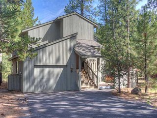 Fabulous location close to SHARC and Sunriver Village! Free SHARC Passes.