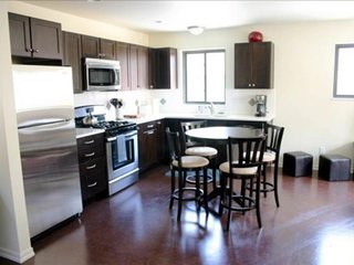 Relaxing home w/ full kitchen & furnished patio - near Drake Park!